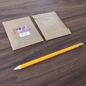 Kraft papieren zakje met weidebloemenzaden